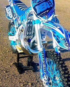 La imagen puede contener: moto y exterior Honda Dirt Bike, Kawasaki Dirt Bikes, Ktm Dirt Bikes, Cool Dirt Bikes, Dirt Bike Gear, Dirt Biking, Moto Enduro, Motorcycle Dirt Bike, Moto Bike