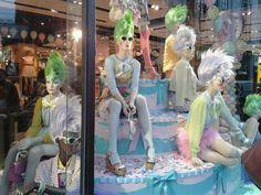 lanovel:    Las tiendasTopshopde Londres celebra el Jubileo del Diamante de su Majestad la Reina de Inglaterra por sus 60 años como monarca británica con pastel y peinados a lo loro en sus escaparates, y globos muy festivos en el interior de tienda. God save the Queen.  Fuente: corresponsal en Londres (@lafantastica_).