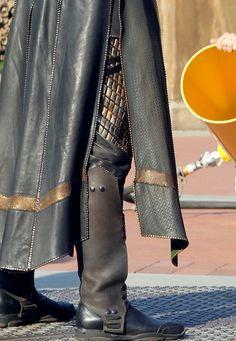 Loki's Boot Covers I have yet to see anyone make a post about Loki's boot covers, so someone may actually find this helpful. Anyway, in what was apparently their ONLY act of mercy, Loki's costume crew. Loki Avengers, Loki Marvel, Loki Thor, Tom Hiddleston Loki, Loki Laufeyson, Loki Art, Marvel Comics, Loki Costume, Avengers Costumes
