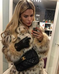 Image may contain: 1 person, phone Fur Fashion, Winter Fashion Outfits, Look Fashion, Womens Fashion, Classy Outfits, Cute Outfits, Estilo Jenner, Outfit Elegantes, Fox Fur Coat