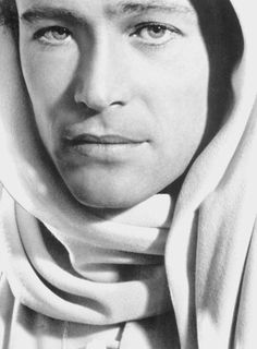 Peter o'toole photographed for lawrence of arabia, 1962 olivia de havilland, lord Vintage Hollywood, Classic Hollywood, Peter O'toole, Olivia De Havilland, Prinz Charles, Lawrence Of Arabia, Night Aesthetic, Nostalgia, Old Movie Stars