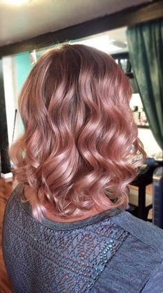 Chica usando el cabello hasta los hombros en un tono rosa-dorado