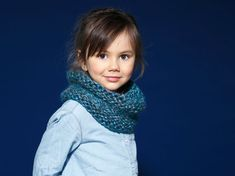 Knit a snood for your children. All simple to the point jersey and the coast is easy to achieve even for starters. Casting Off Knitting, Arm Knitting, Knitting For Kids, Easy Crochet, Knit Crochet, Lace Scarf, Diy Headband, Headband Tutorial, Scarf Hairstyles