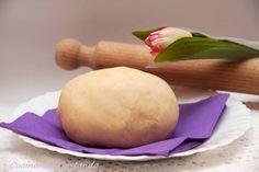 Pasta frolla con farina di riso senza glutine è perfetta come base per le crostate o per preparare dei biscotti leggeri e friabili.