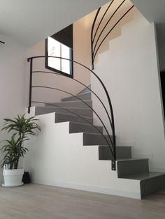 Vous avez prévu un escalier dans votre nouvelle habitation ? Oui, mais alors quel garde-corps choisir ? Vous avez le choix entre différents modèles dans différentes matières et qui peuvent être de différentes formes. Et plusieurs facteurs rentrent en compte : la surface disponible, le style général de votre maison...ForumConstruire.com vous propose 13 idées de garde-corps qui ne manquent pas d'originalité !