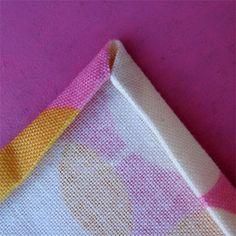 =   -  Aqui estão duas versões, uma com cantos mitered e o outro com cantos quadrados. Primeiro pre-wash o tecido. Corte o tecido em um quad...