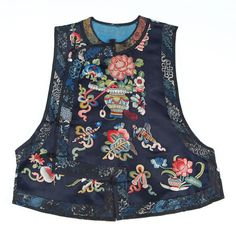 Embroidered Vest China century Nonofficial informal sleeveless coat of a Chinese woman. Thai Fashion, Fashion Wear, Dynasty Clothing, Sleeveless Coat, Chinese Embroidery, Batik Dress, Chinese Clothing, Textiles, China Fashion