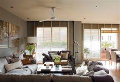 Salón con ventilador en el techo y tapicerías en gris