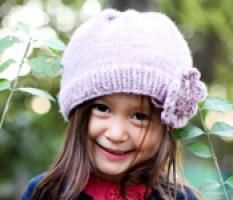 Here's a super quick pattern for a child's hat made of Malabrigo worsted yarn -- or any other worsted yarn that will get you 4.5 stitches to the inch. It's so fast to knit up -- perfect for time-challenged, perpetually busy people like me. This is a good way to practice knitting in the round if you're a beginning knitter, and it would make a nice handmade holiday gift!