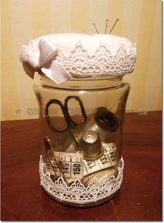 BARATTOLO PORTA CUCITO SHABBY CHIC, PROVENZALE, DECAPE' Barattolo in vetro, arricchito con nastro in merletto. Tappo imbottito in tessuto di cotone ecrù, presenta la serigrafia di una macchina da cucito antica, bordo con merletto e fiocchetto colore bianco. Il barattolo è adatto per contenere il necessario per il cucito, mentre il tappo è un utile porta spilli. Il barattolo viene fornito con il necessario per il cucito. Categoria: vetro Peso: 220 g Dimensioni: 80x135x80 mm Codice: FRGGL0007