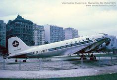 Mão de Vaca: É do seu tempo? DC3 da Varig no Aterro do Flamengo. O avião era atração da criançada que brincava no aterro. Ficou lá por muitos anos até ser removido nos anos 80 para frente do pátio de manutenção da VARIG no Galeão.