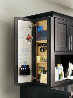 Easy Home Organization Ideas - Town & Country Living - - Most people don't want to spend a lot of time cleaning and organizing. Check out these easy home organization ideas to make your life less stressful. Kitchen Redo, Kitchen And Bath, Kitchen Remodel, Kitchen Ideas, Küchen Design, Deco Design, Design Desk, Library Design, Interior Design