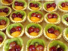 Reteta de acasa: Mini tarte cu fructe Fruit Tartlets, Mini Fruit Tarts, Sweets Recipes, Cooking Recipes, Desserts, Jacque Pepin, Romanian Food, Dessert Bars, Mini Cakes