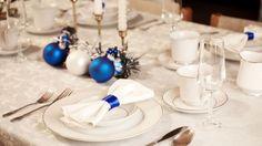 weihnachtsdeko-blau-weiss-stoffservietten-christbaumkugeln