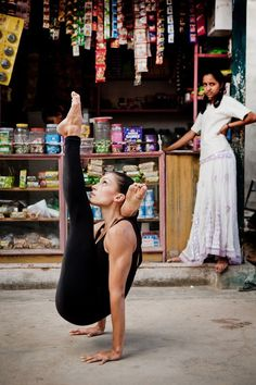 Yoga- this is supposed to be a serious pin, but that girl in the background is totally me hatin on my classmates during poses I can't do. Ashtanga Yoga, Yoga Positionen, Namaste Yoga, Yoga Meditation, Yoga Inspiration, Yoga Fitness, Online Yoga Classes, Yoga Posen, Yoga Photography