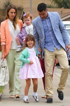 Du pastel pour toute la famille! Jessica Alba, son mari et ses deux filles.