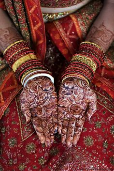 LoveVivah: Mehandi represents the bond of matrimony and it is believed that the darker the mehndi stains on the bride's hand, the stronger the bond will be with her husband. Do you believe in this tradition? Mehndi Art, Henna Mehndi, Henna Art, Gcse Art, Mehndi Designs, Indian Art, Face And Body, Print Patterns, Henna Patterns