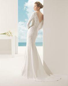 VENUS traje de novia en crepe y pedrería en color naural.
