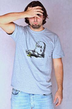 """T-shirt BRB Dit rechte model T-shirt voor mannen is gemaakt van voorgekrompen ringgesponnen katoen en heeft een RAXart opdruk met de tekst: """"BRB"""". De hoge kwaliteit en goede verwerking zijn zichtbaar in de dubbele naden aan de mouwen en de zoom en de tweevoudig gelegde kraag in 1X1 ripp."""