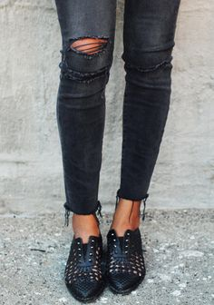 Destroyed black skinny jeans & cut-out oxfords