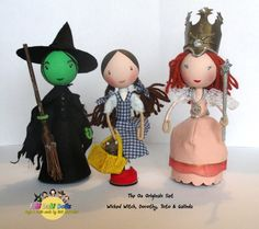 This FaBi DaBi Dolls Peg Doll playset contains all the FaBi Dolls from The Wonderful Wizard Of Oz range - Dorothy, Toto, Galinda & of course Wicked