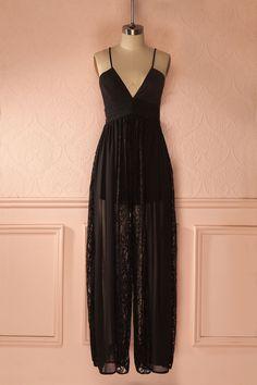 La femme statuesque marchait dans toute sa gloire. The statuesque woman was parading in all her glory. Black lace cut-outs jumpsuit www.1861.ca