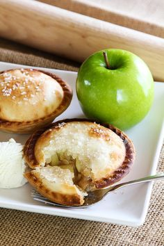 Apple Pie A La Mode These little handheld apple pies are easy to make with the Breville Mini Pie Maker! little handheld apple pies are easy to make with the Breville Mini Pie Maker! Mini Desserts, Just Desserts, Dessert Recipes, Party Desserts, Plated Desserts, Mini Apple Pies, Mini Pies, Mini Pie Recipes, Apple Recipes