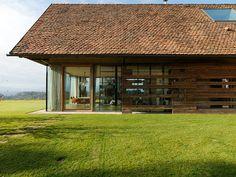 House P en Autriche par Gangoly & Kristiner Architekten - Journal du Design Sauna House, Contemporary Barn, Barn Renovation, House Extensions, Old Barns, House Design, House Styles, Building, Austria