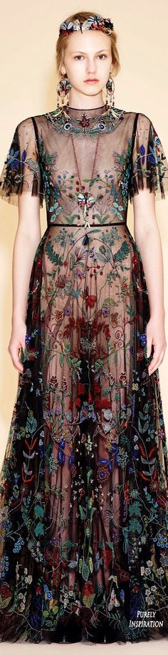 Valentino Resort 2016 Women's Fashion RTW. Nao sou ligada em moda, mas e a primeira vez que vejo coisas que eu usaria de verdade kkkk Valentino Couture, Valentino Dress, Valentino Resort, Valentino Garavani, Bowling Outfit, Fashion Names Ideas, Peacock Fancy Dress, Couture Fashion, Women's Fashion