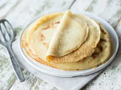 Pfannkuchen Grundrezept   Zutaten      200 g Mehl     4 Eier     250 ml Vollmilch     50 ml Mineralwasser     1 Prise(n) Salz     Butterschmalz zum Braten