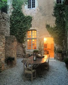 Inspiration - cultivating creeping vines, usage for courtyard A big Merci to our friends Marie-Christine and Louis at the Chateau de Moissac… Outdoor Rooms, Outdoor Gardens, Outdoor Living, Outdoor Kitchens, Beautiful Homes, Beautiful Places, Simply Beautiful, Casa Patio, Design Jardin