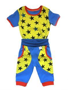 Dětské tričko hvězdy a 3/4 tepláky. 3/4 tepláčky a tričko v kontrastních barvách je nepřehlédnutelné. Bavlna je příjemná na dotek a nošení. Savá a ideální do teplejšího počasí.