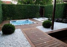 Landschafts- und Gartengestaltung -weisser-kies-holz-terrassendielen-jacuzzi-suchtschutzhecke