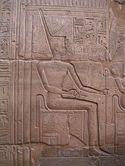 La déesse NEITH, maîtresse de Saïs - Temple de Louxor, Règne de Ramsès II. NEITH est la déesse de la guerre et de la chasse et la plus ancienne déesse d'Égypte a être attestée par des textes. Elle est également protectrice des artisans qui fabriquent les étoffes nécessaires à la momification. Elle tisse l'univers. Elle fut également (à dater du Nouvel Empire) une déesse funéraire aux côtés de Douamoutef, avec qui elle est associée pour protéger le vase canope contenant l'estomac du…