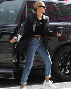 Hailey Bieber flashes a hint of tum in a crop top and oversized blazer - Flawle. - Hailey Bieber flashes a hint of tum in a crop top and oversized blazer – Flawless: Opting for a - Estilo Hailey Baldwin, Hailey Baldwin Style, Haley Baldwin, Rihanna Street Style, Look Street Style, Model Street Style, Street Styles, Models Style, Street Style Summer