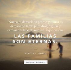 """""""Nunca es demasiado pronto y nunca es demasiado tarde para dirigir, guiar y caminar al lado de nuestros hijos, ya que las familias son eternas"""". —Élder Bradley D. Foster"""