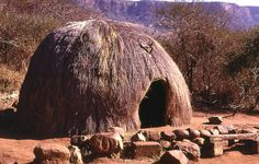 Traditional Zulu house, South Africa This landscape = my earliest memories Afrique Art, Vernacular Architecture, Organic Architecture, Historical Architecture, Kwazulu Natal, Unusual Homes, Traditional House, Continents, Habitats