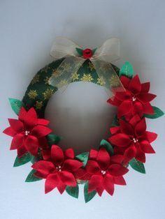 GUIRLANDA DE NATAL TODA FEITA À MÃO CONFECCIONADA EM TECIDO COM APLICAÇÃO DE FLORES E FOLHAS EM FELTRO  LINDA E EXCLUSIVA. VOCÊ NÃO VAI ENCONTRAR OUTRA IGUAL R$35,00 Christmas Makes, Felt Christmas, Rustic Christmas, Christmas Ornaments, Christmas Ceiling Decorations, Handmade Christmas Decorations, Christmas Projects, Holiday Crafts, Xmas Wreaths
