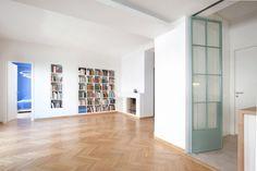 Συνδυάζοντας ήπια τα παλιά με τα νέα υλικά, μειώνοντας τα εσωτερικά όρια στην κατοίκηση και αφαιρώντας τοίχους, μια ομάδα νέων αρχιτεκτόνων δημιούργησε τρεις ενιαίους και φωτεινούς χώρους.