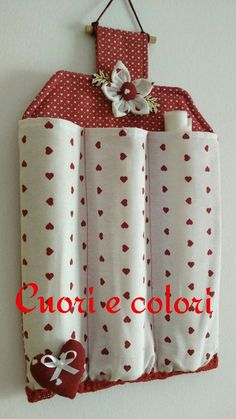 Billedresultat for porta rotoli tessuti na pečiaci papier Decorative and functional as well. Small Sewing Projects, Sewing Hacks, Craft Projects, Couture Main, Diy Couture, Fabric Crafts, Sewing Crafts, Diy Para A Casa, Diy Home Crafts