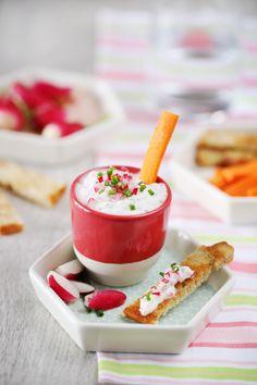 Voici une idée qui va changer du tzatziki traditionnel, il s'agit d'un tzatziki de radis. Pour garder ce côté fraîcheur du concombre, j'ai utiliséde la fa
