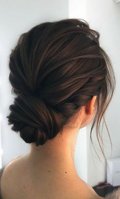 Here are surprisingly simple yet super-chic hairstyles for the girl/bride to be who just can't be bothered. From The Twisted Bun,The Swept updo, The. # Braids peinados fiesta Gorgeous & Super-Chic Hairstyle That's Breathtaking Easy Homecoming Hairstyles, Wedding Hairstyles For Long Hair, Wedding Hairstyles For Short Hair, Hairstyle Wedding, Hair Up Styles, Updo Styles, Bridal Hair Updo, Low Bridal Bun, Bridal Braids
