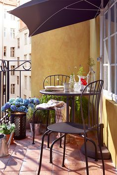 Small Patio Table And Chairs Bistro Set Balconies Super Ideas Small Balcony Decor, Small Balcony Design, Small Outdoor Spaces, Outdoor Balcony, Small Patio, Balcony Ideas, Tiny Balcony, Small Balconies, Small Spaces