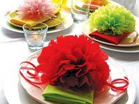 Květy jiřin skládané z hedvábného papíru lze vytvořit také z ubrousků