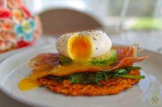 """Een krokant """"toastje"""" van zoete aardappel met ham, spinazie, avocado en ei is een smaakbom die ook een aangenaam voldaan gevoel geeft. Paleo op zijn best!"""