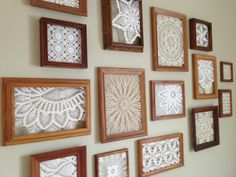 30 Idee super per poterli riciclare! Da non perdere! - an inexpensive way to fill a big, blank wall – thrifted frames with doilies hot glued inside (bou - Framed Doilies, Lace Doilies, Crochet Doilies, Crochet Lace, Chrochet, Free Crochet, Doily Art, Doilies Crafts, Latex Mattress