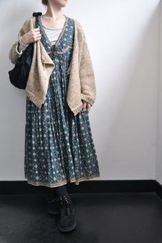de soil= Pretty, simple and casual dress (looks cozy with the shrug sweater).Pretty, simple and casual dress (looks cozy with the shrug sweater). Mori Girl Fashion, Modest Fashion, Fashion Outfits, Womens Fashion, Grunge Outfits, Fashion Styles, Girl Outfits, Harajuku Girls, Girl Japanese