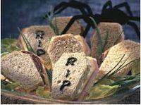 Bocadillos de pan de molde en forma de ataud. Ideales para Halloween
