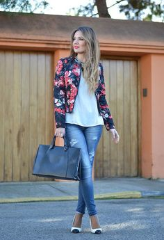 Floral print blazer to wear to work | floral | | floral print and patterns | http://www.thinkcreativo.com/