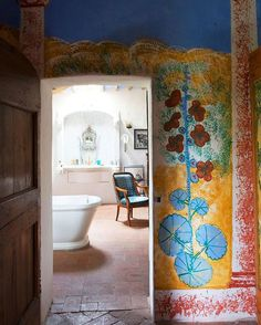 Maro Gorky, daughter of famed artist Arshile Gorky, painted the fresco walls of her 1750 #Tuscan farmhouse. To see more #Italian homes photographed by @obertogili and featured in his new book, click the link in our bio. Photographed by @obertogili, courtesy of @rizzolibooks.